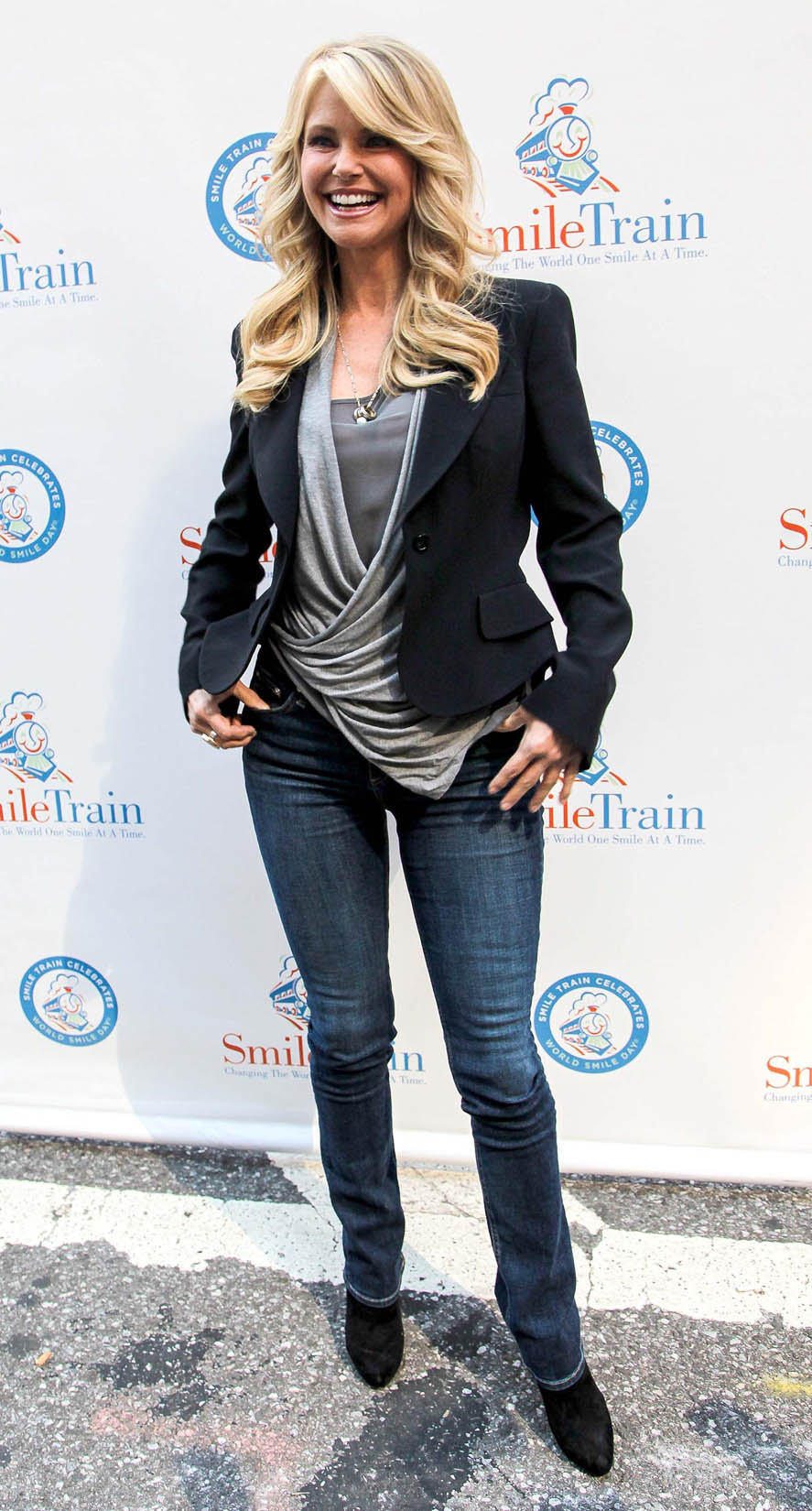 http://www.platinum-celebs.com/news_pic/7712/big_08October2012-christie_brinkley_hula_hoop_6.jpg